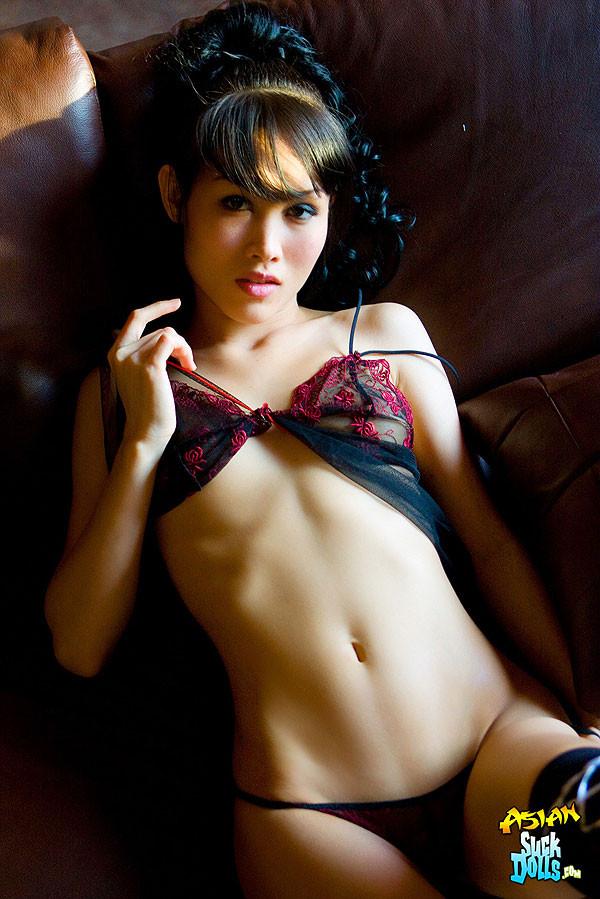 Голая азиатка в сексуальной накидке