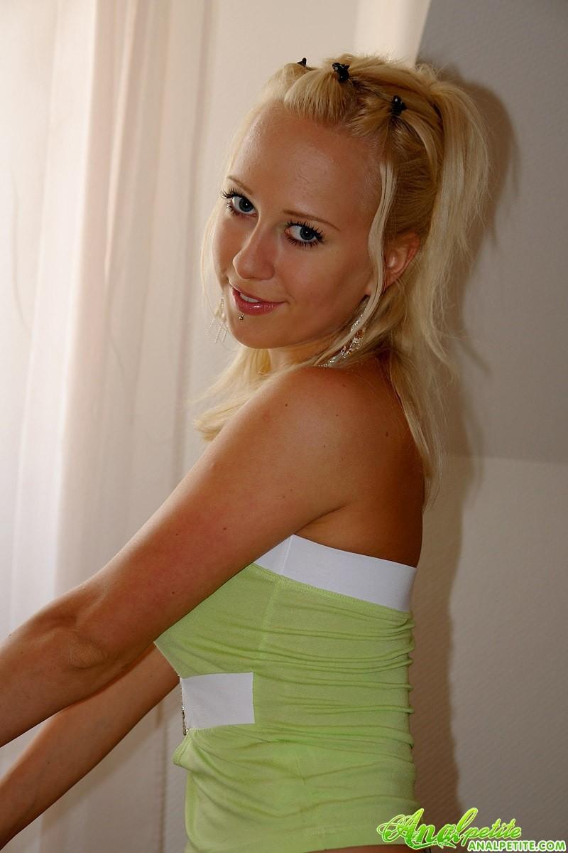 Молодая блондинка дает в анал