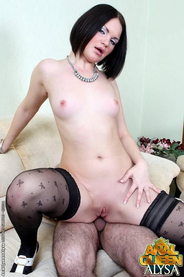 Женщина любит заниматься сексом, включая анальным, с двумя мужчинами