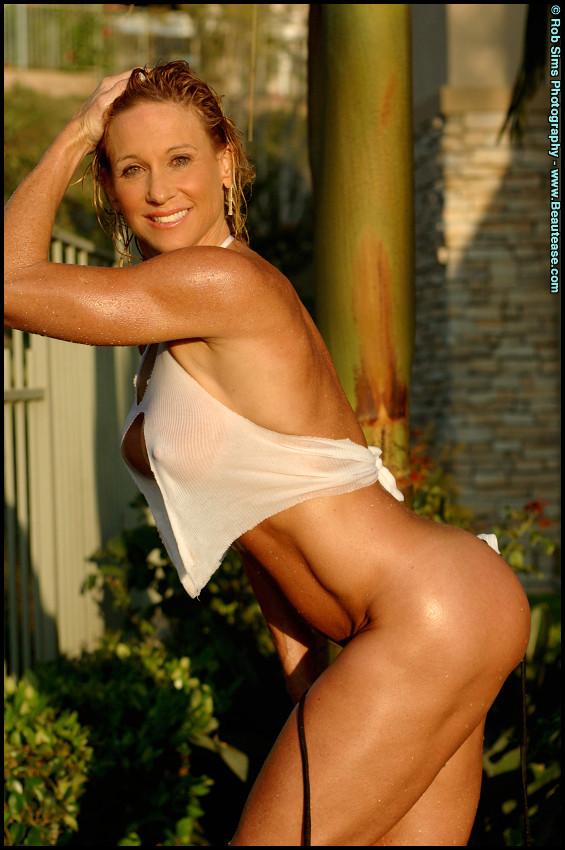 Мускулистая женщина в микро бикини