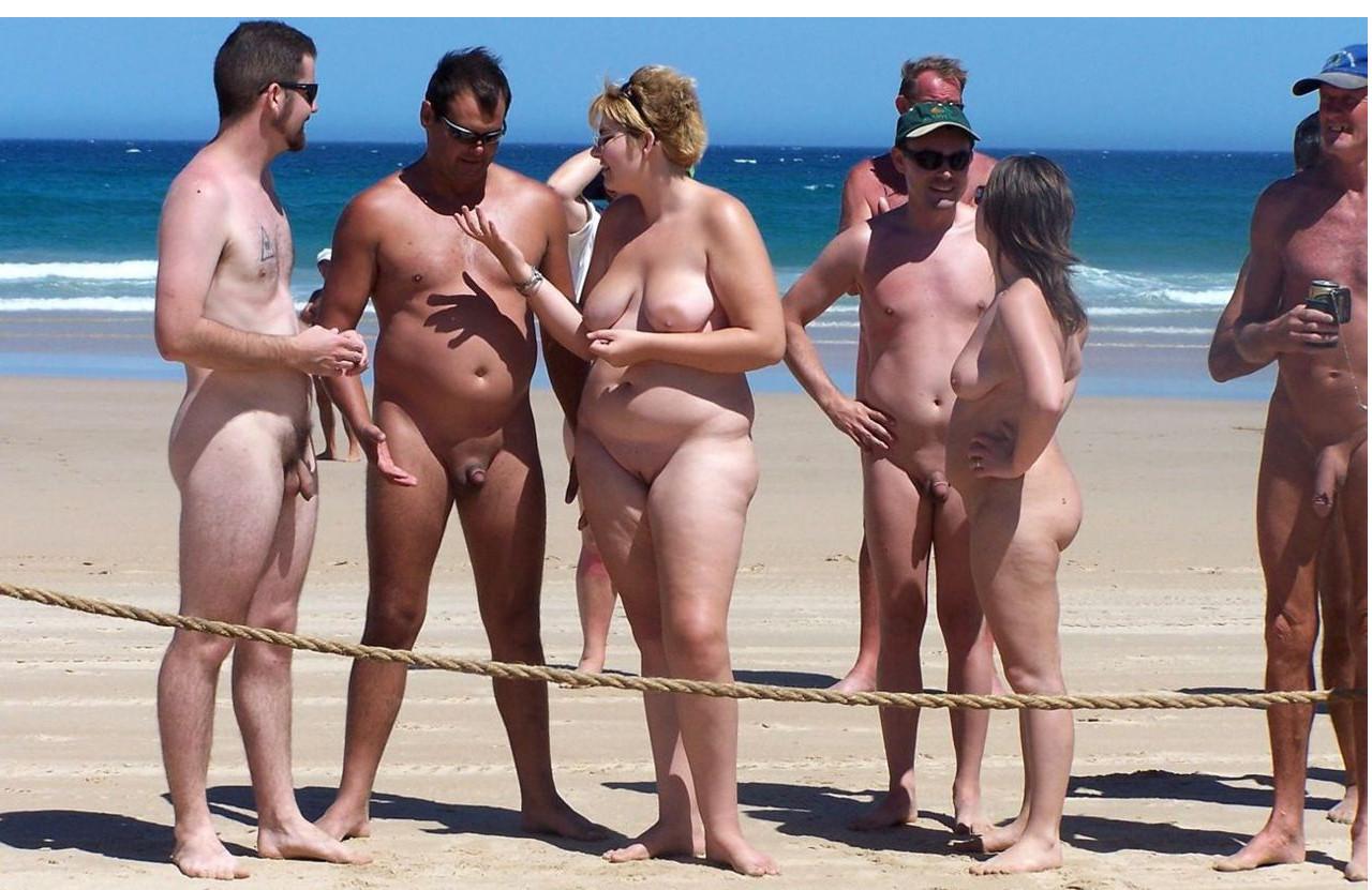 vmeste-na-nudistskom-plyazhe