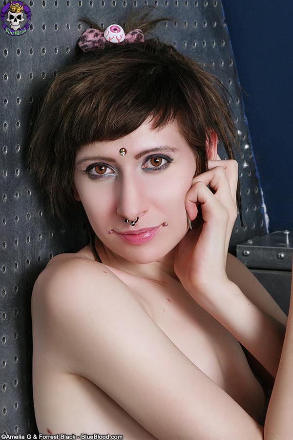 Неформальная подружка с бритым влагалищем и плоской грудью