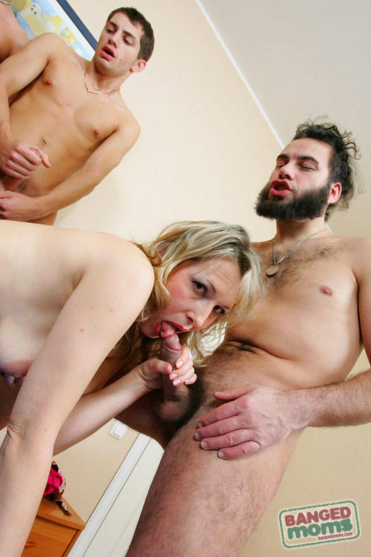 Зрелая ебется в анал с молоденькими парнями