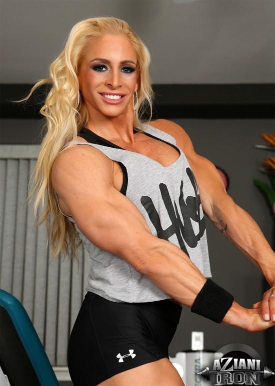 Накаченная блондинка в спортзале