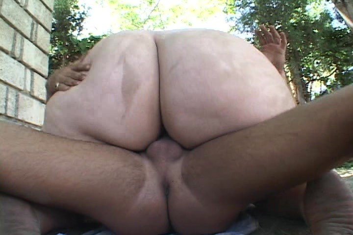 Толстячка накинулась на соседского парня