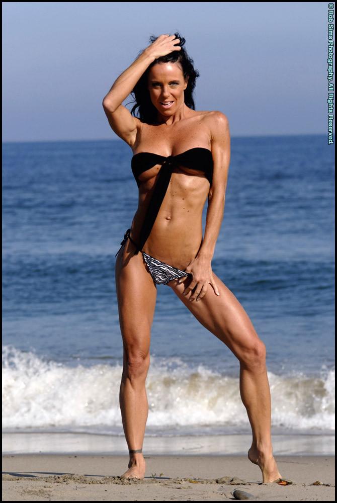 Женщина в мини купальнике на море