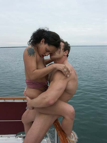 Ебет зрелую латинку в бикини на яхте