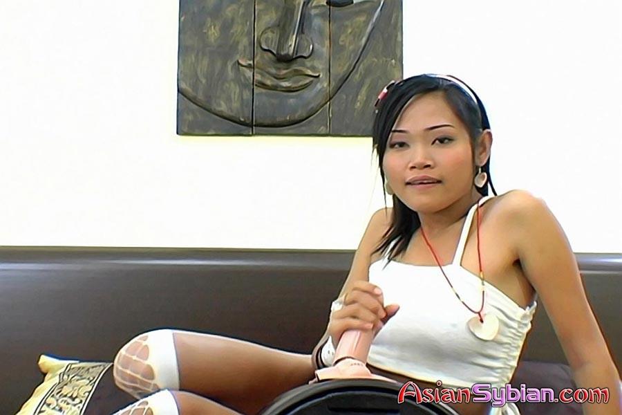 Полуголая азиатка развлекается с вибромассажером
