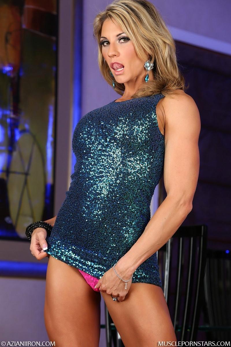 Блондинка культуристка показала мышцы и пизду