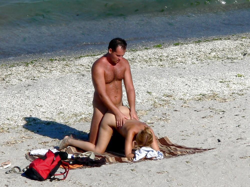 Телки делают минеты на пляже