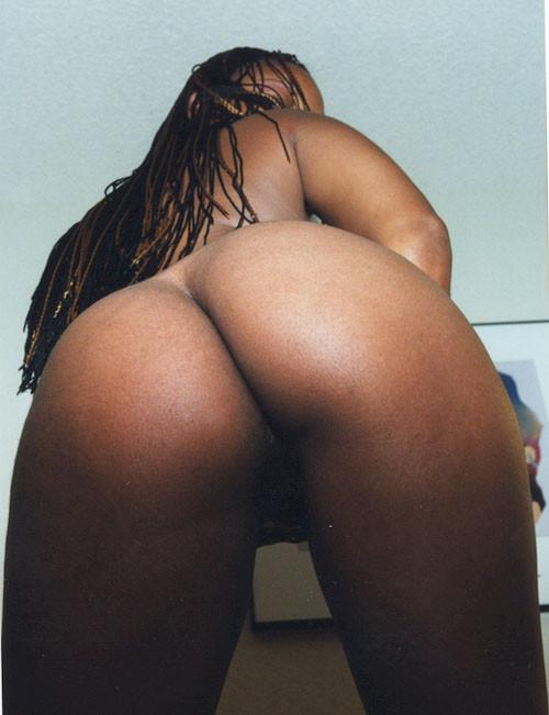 Негритянка разделась и показала свою упругую попку