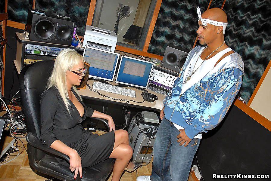 Блондинка дала в жопу темнокожему музыканту в студии