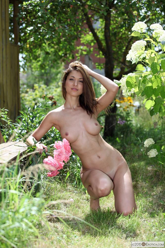 Голая эротичная девушка с цветами