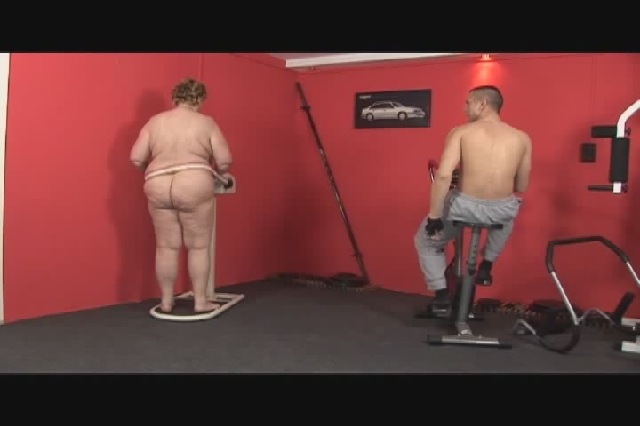 Секс с жирной в спортзале