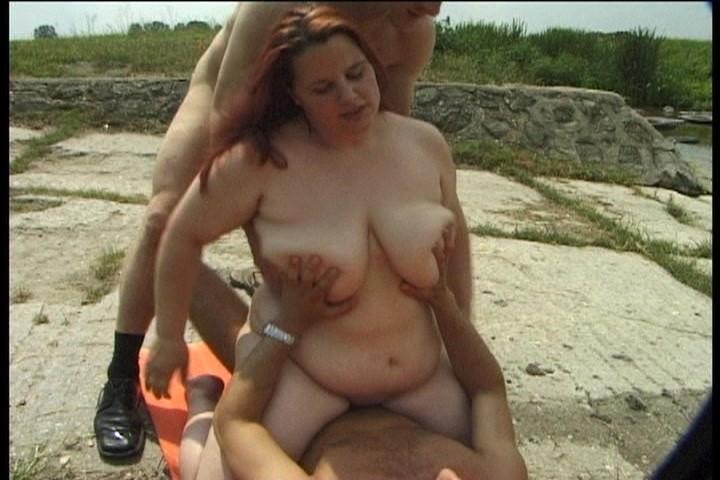 Двое парней ебут толстую девушку на пляже