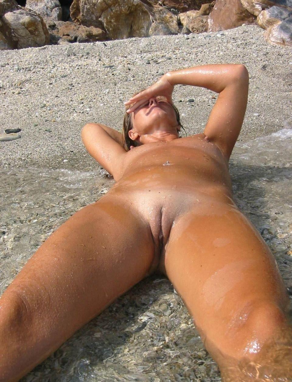 Голые молодые девушки на пляже
