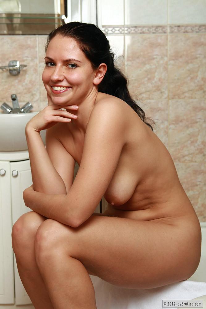 Красивая эротичная русская женщина в ваннной