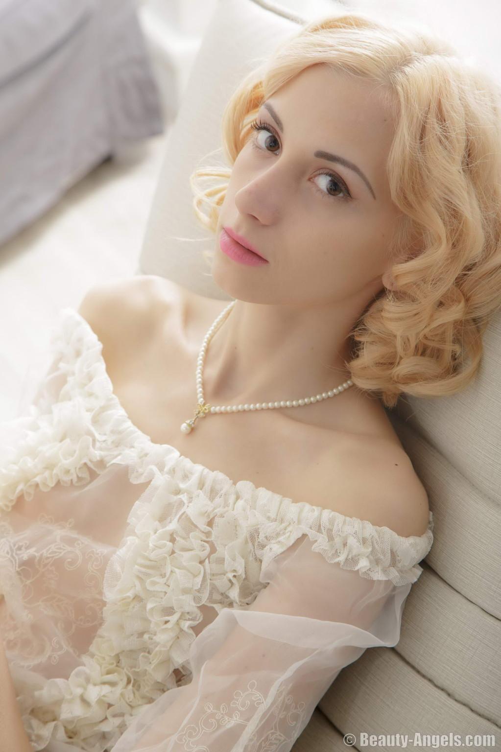 Голая худая блондинка ласкает свою киску