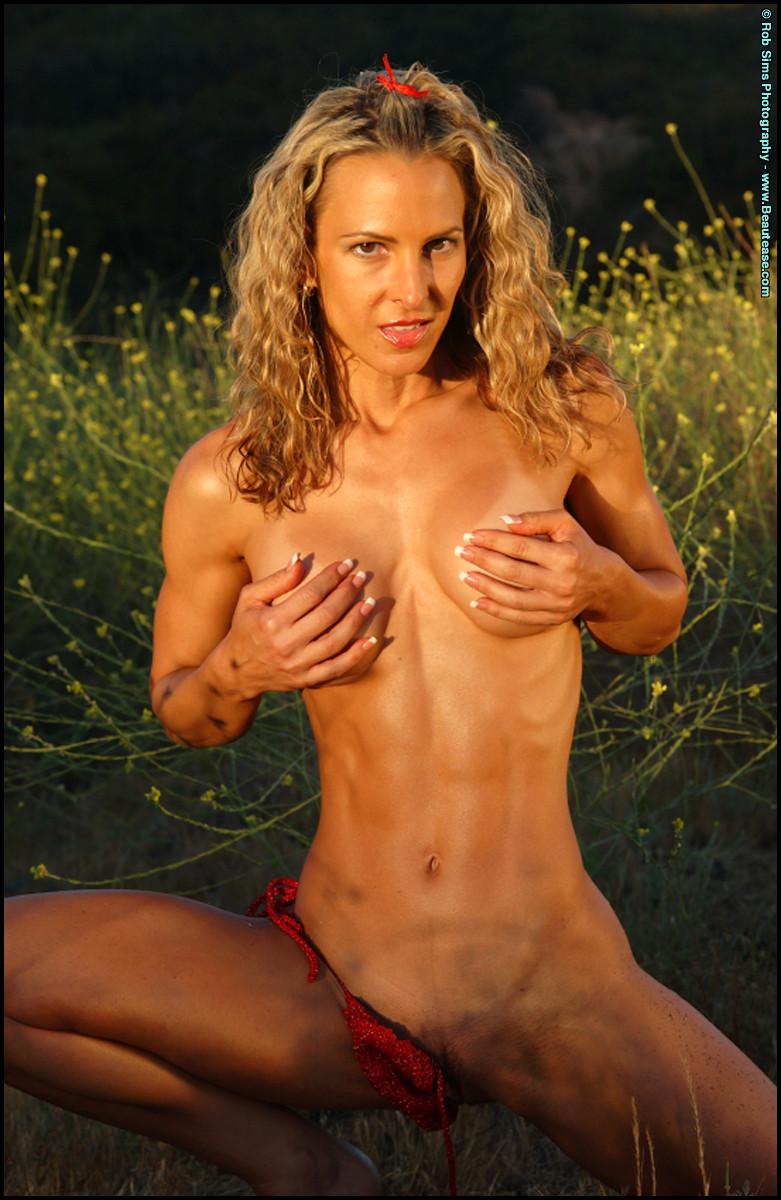 Девушка с мускулами снимает бикини