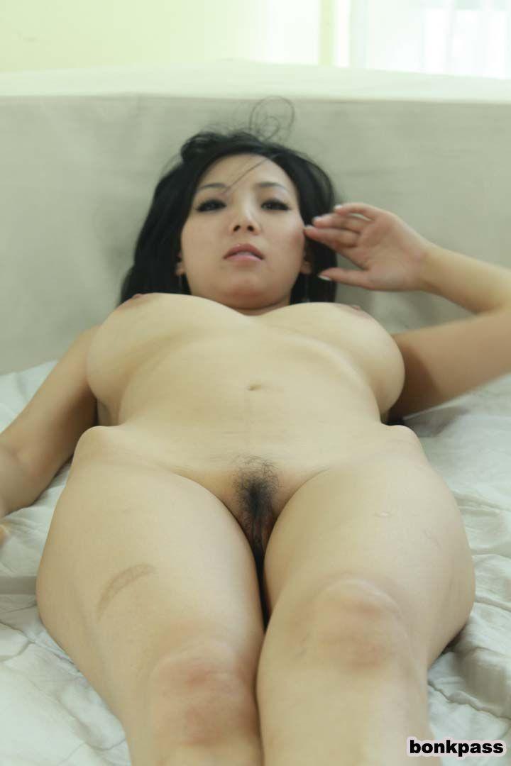 Голая азиатка с большой грудью