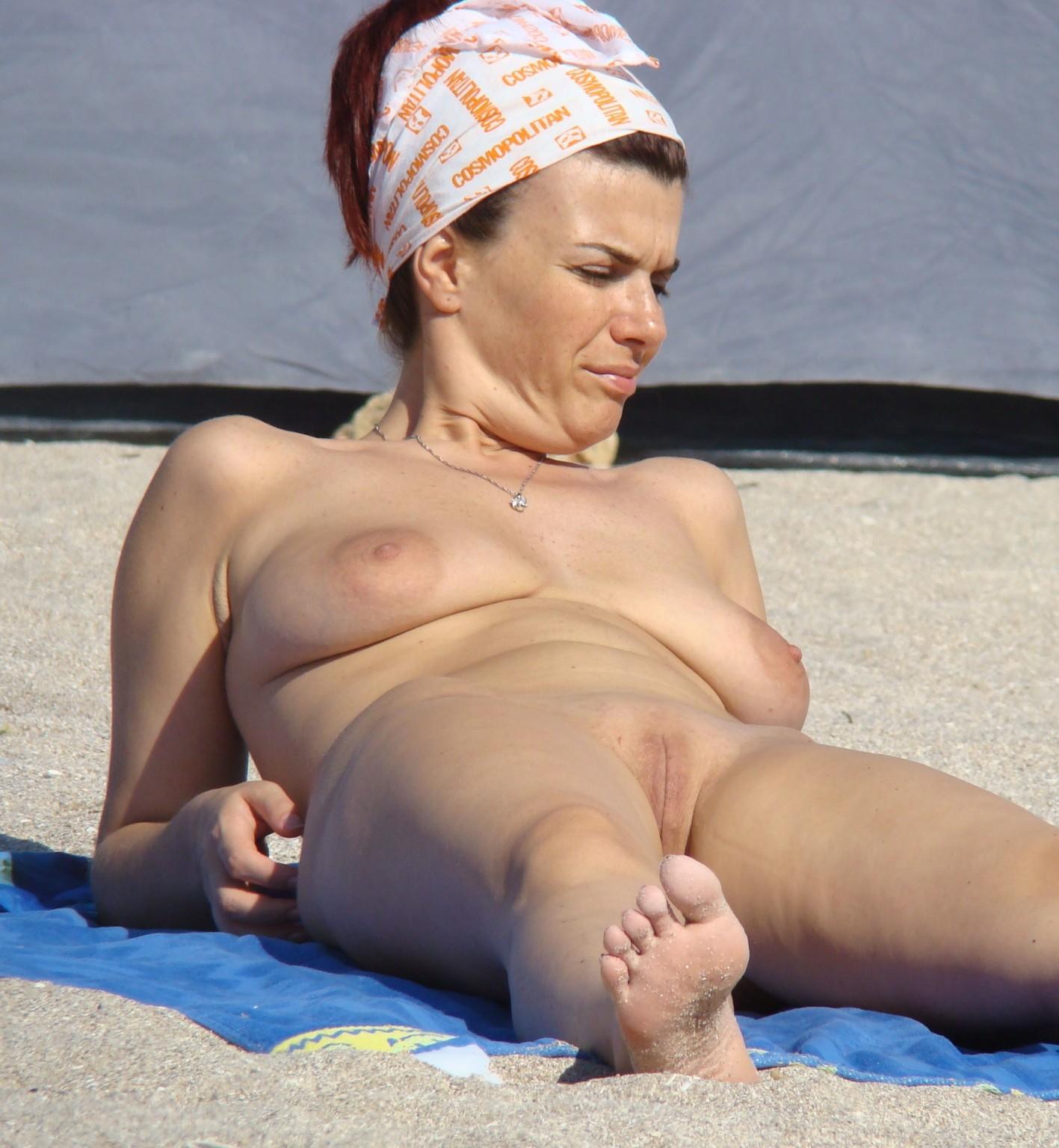 Голые женщины отдыхающие на пляже