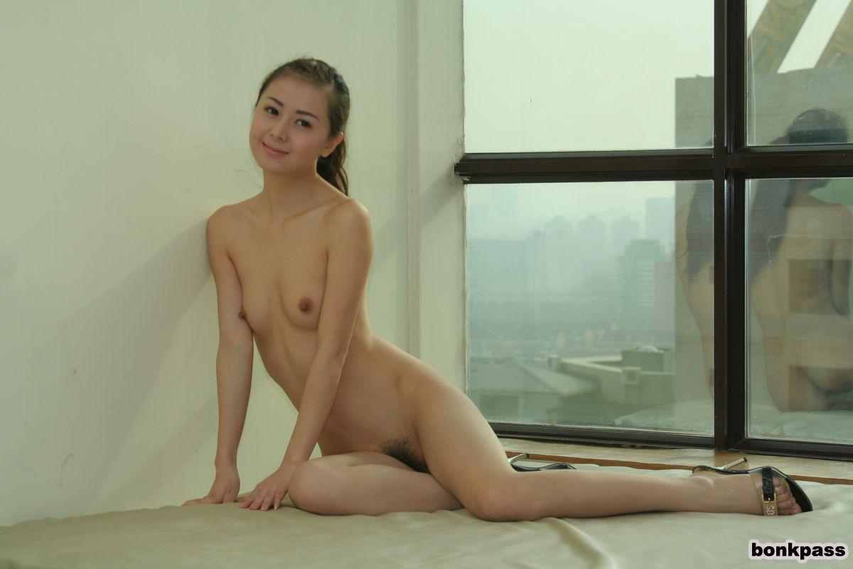 Молодая худенькая азиатка