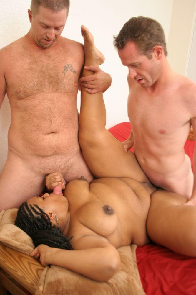 Грудастая и очень пышная негритянка ебется с несколькими мужчинами