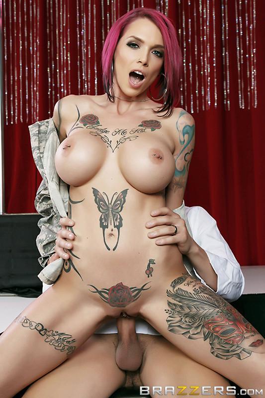 porno-aktrisi-tatuirovkami