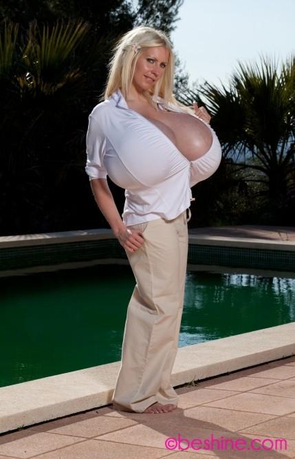 Гигантская силиконовая грудь стройной зрелой блондинки