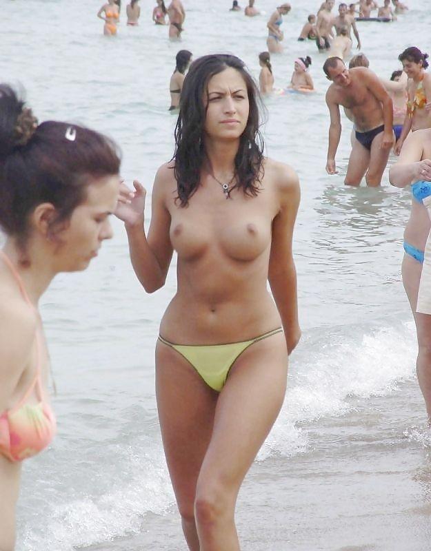 Девушки на пляже оголяют сиськи