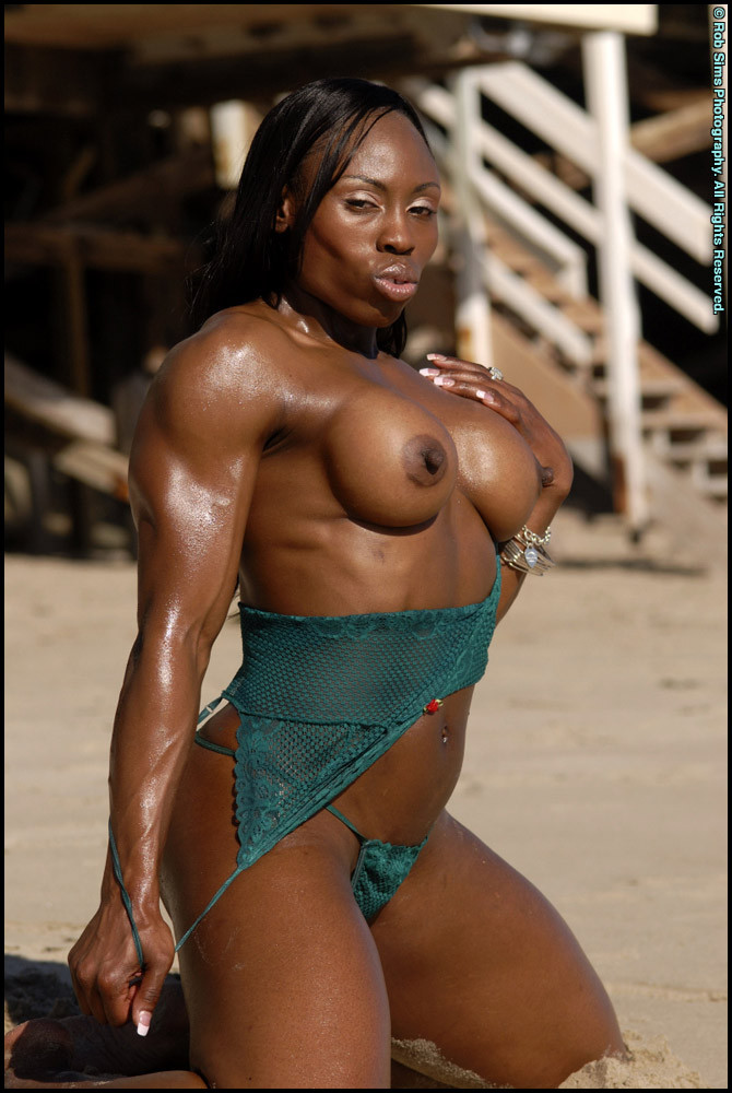 Мускулистая негритянка показала сиськи на пляже
