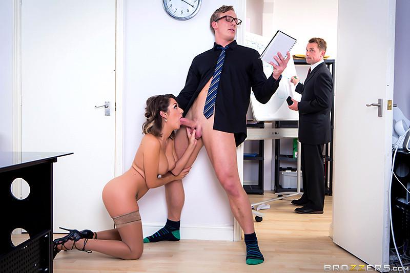 Секс в чулках и каблуках на работе с пожилым боссом