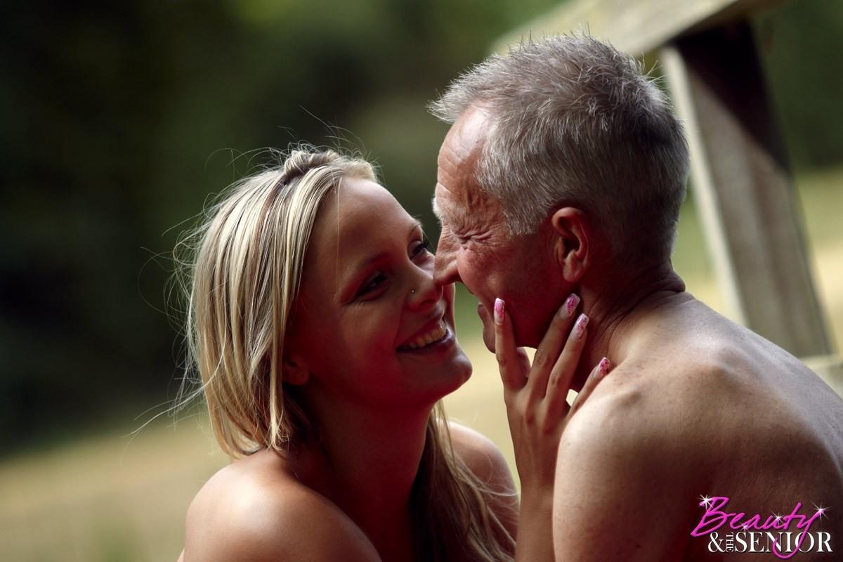 Секс пожилого мужчины с молодой блондинкой