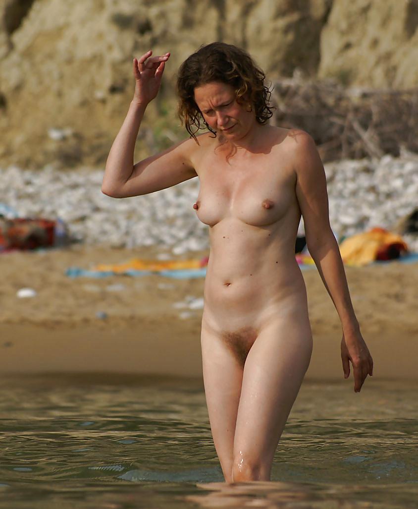 Полностью голые дамы на пляже