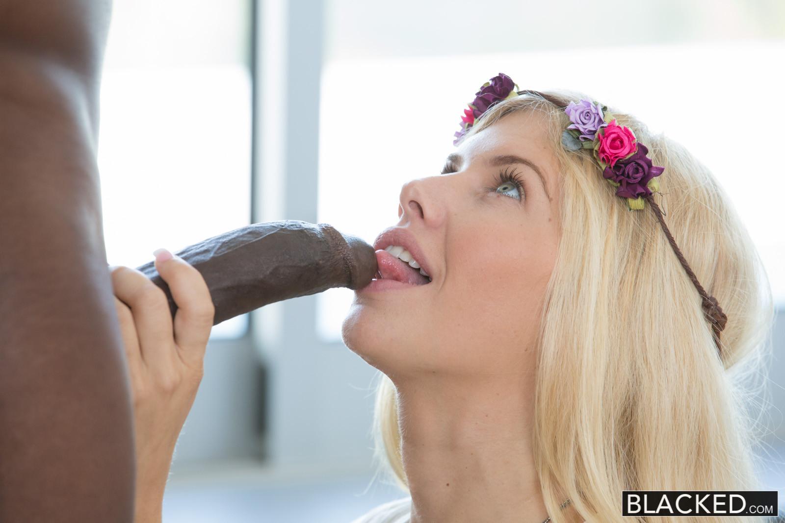 Красивая эротичная блондинка занимается сексом с негром