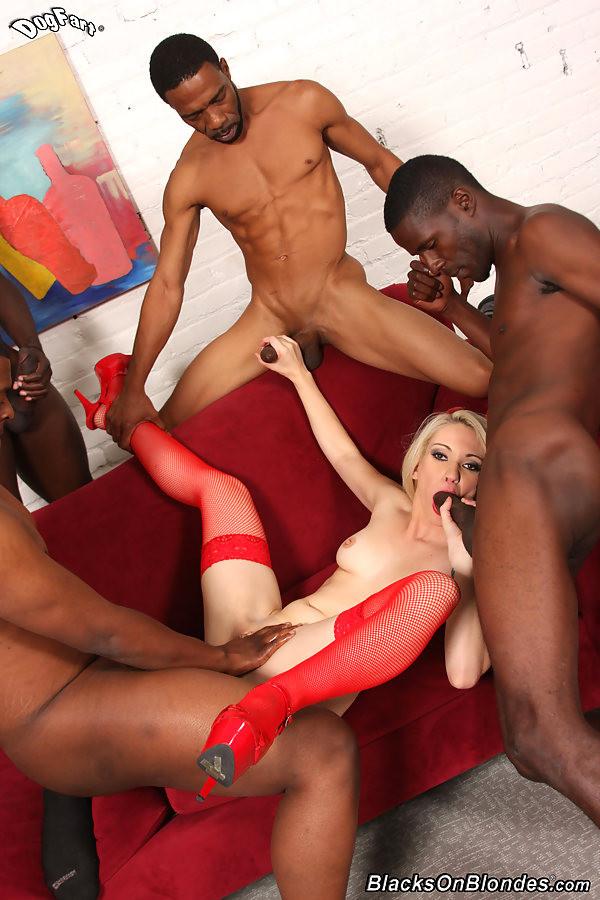 Три негра с большими членами занимаются сексом с девушкой