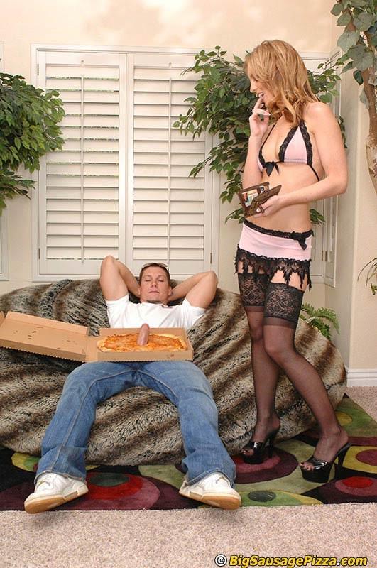 Банальный секс шалавы с разносчиком пиццы