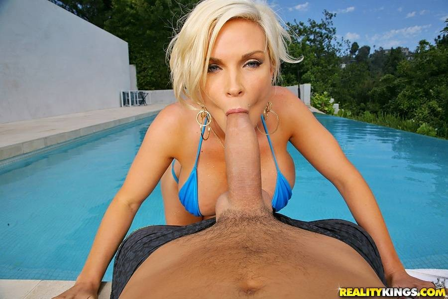 Сисястая блонда ебется в жопу у бассейна