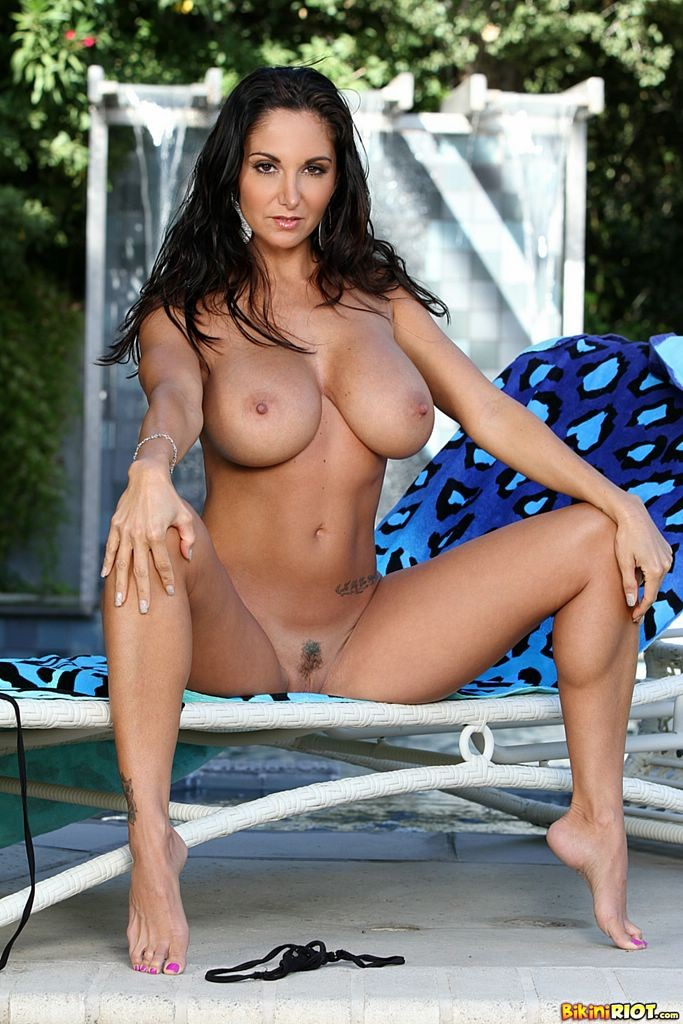Красивая женщина снимает и так прозрачное бикини