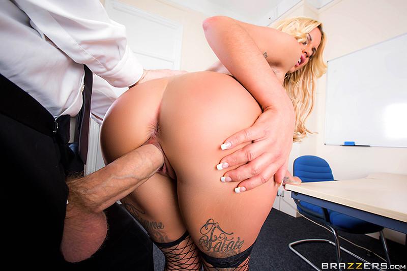 Секс с очень грудастой девушкой на работе