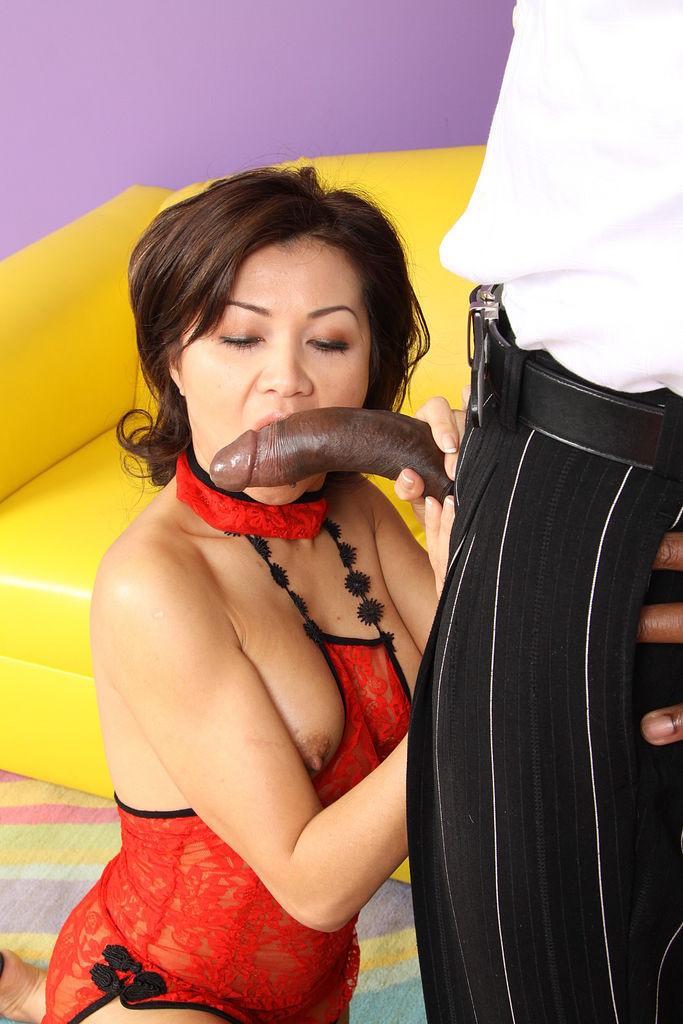 Сексуальная азиатская шлюха любит сосать черный хуй