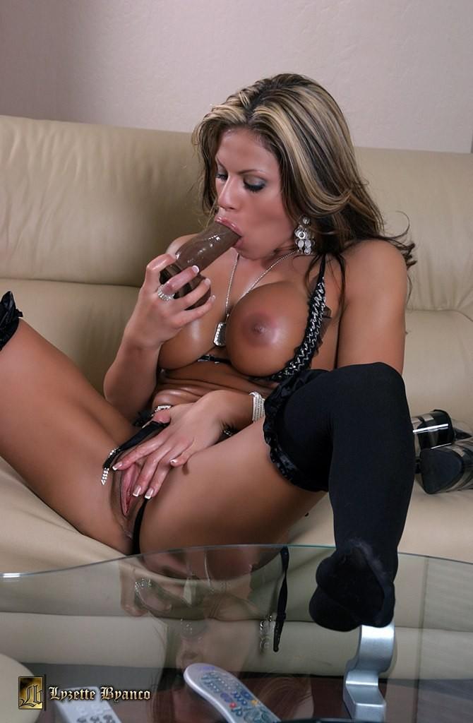 Голая сексуальная красотка сосет дилдо