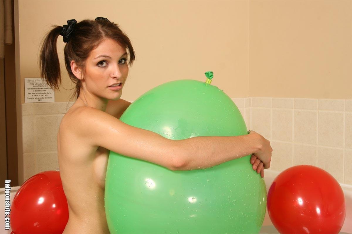 Обнаженная худая молодая девушка в ванной