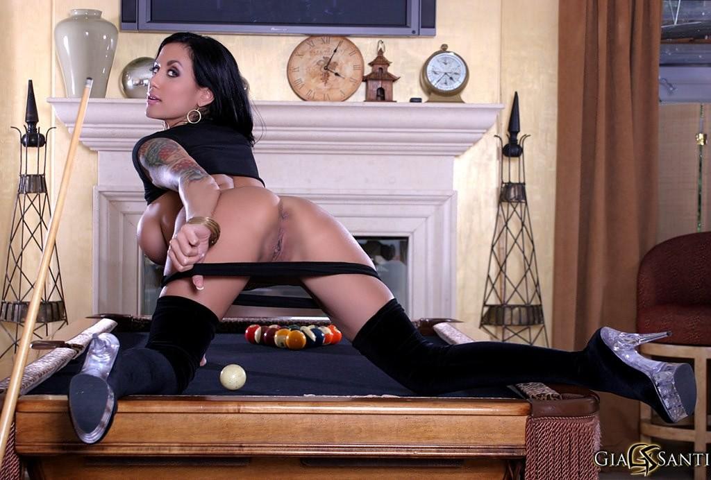 Красивая брюнетка развлекается с дилдо на бильярдном столе