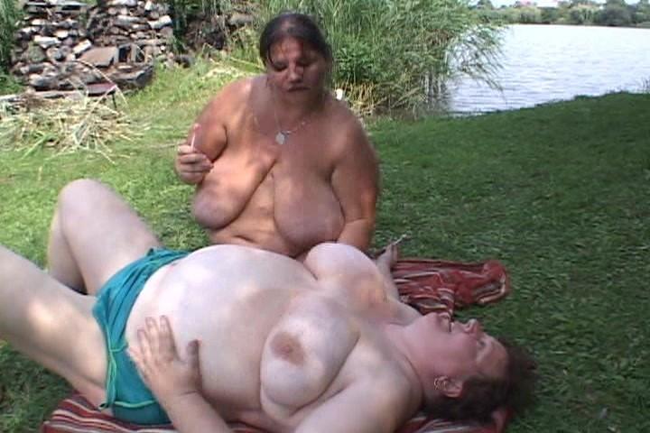 Секс с толстушкой на опушке