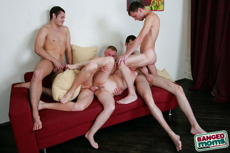 Пожилая шалава и четыре парня