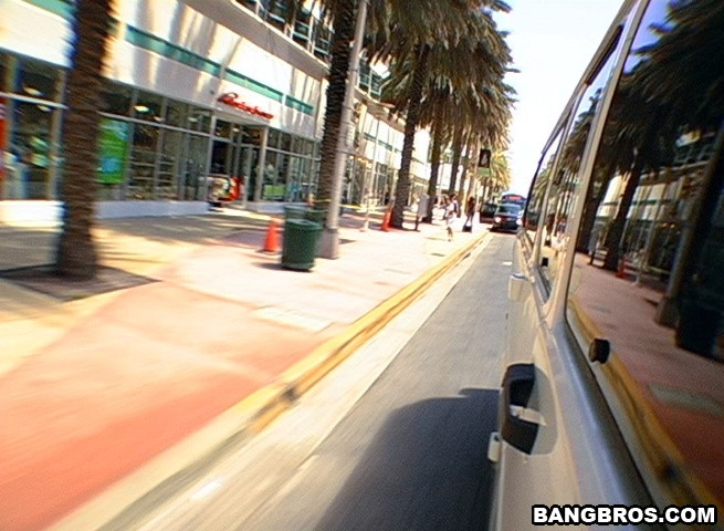 Познакомился с девушкой на улице и тут же выебал в своем микроавтобусе