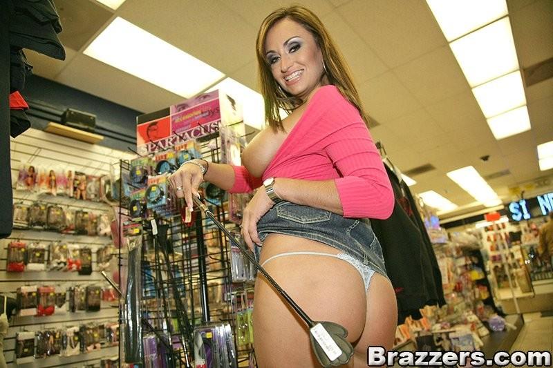 Женщина показывает большие сиськи в магазине