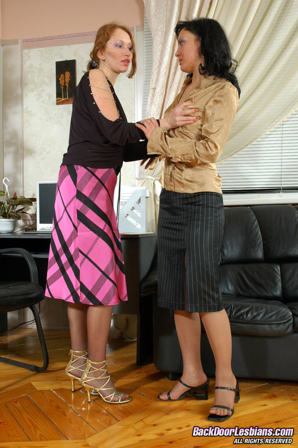 Лесбиянки занялись аналом на работе
