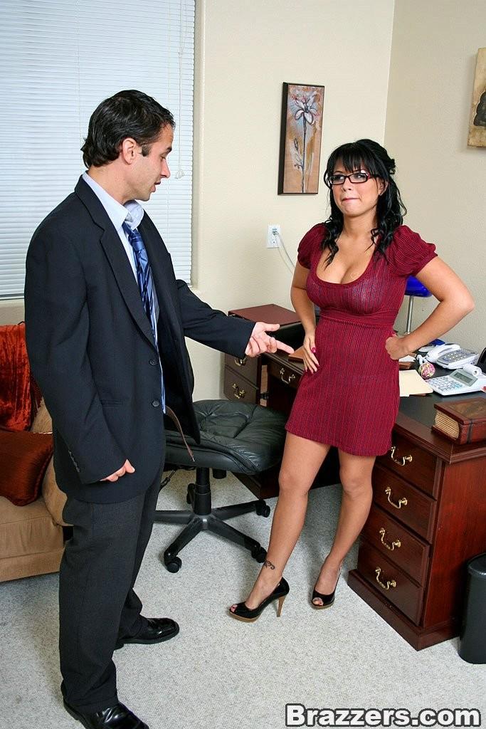 Секс со зрелой брюнеткой на работе